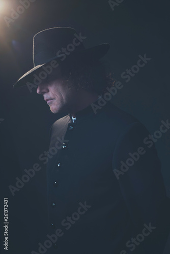 Photographie  Mysterious victorian man in hat and black coat.