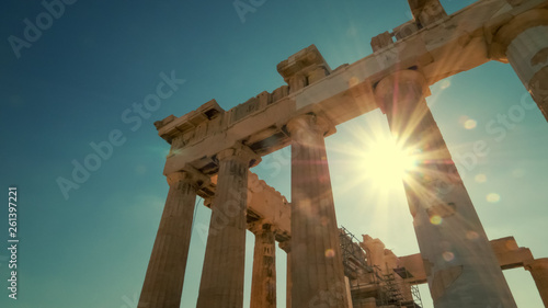Foto op Plexiglas Oude gebouw Sun shines between the columns of the Parthenon at the Acropolis in Athens, Greece