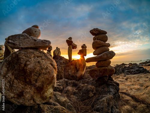 Photo sur Plexiglas Zen pierres a sable Zen stacked stones at the beach