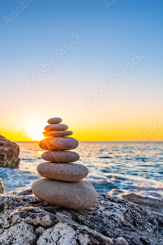 Foto auf Leinwand Zen-Steine in den Sand Stacked stones at the beach