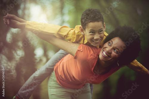 Fotografía  Giving her kid tons of adventures to cherish.