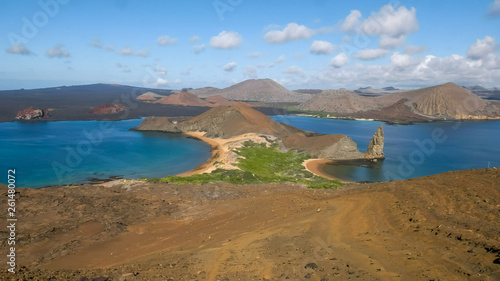 Photo  a wide angle shot of pinnacle rock and isla bartolome in the galapagos