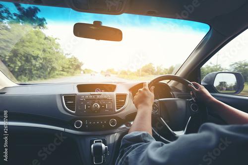 Fotografía  Man driver hands holding the car steering panel