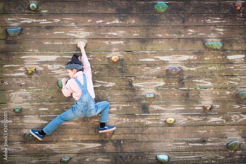 Fotografie, Obraz  壁をよじ登る女の子
