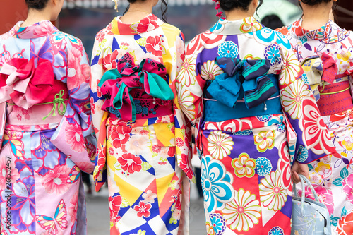 Carta da parati Young girl wearing Japanese kimono standing in front of Sensoji Temple in Tokyo, Japan
