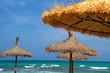 Sonnenschirme am Strand von Mallorca