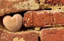 Alte Backsteinmauer Mit Einem Herz Aus Stein