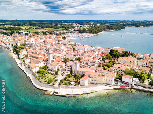 Stickers pour portes Europe Méditérranéenne Croatian town of Porec, shore of blue azure turquoise Adriatic Sea, Istrian peninsula, Croatia. Bell tower, red tiled roofs of historical buildings, boat, piers. Euphrasian Basilica. Aerial view