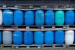 Muster - blaue Plastik Fässer gestapelt in 2 Reihen