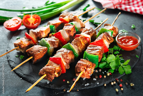 Fotomural  Grilled meat and vegetables on skewers