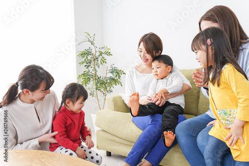 ママ友と子供たち Wallpaper Mural