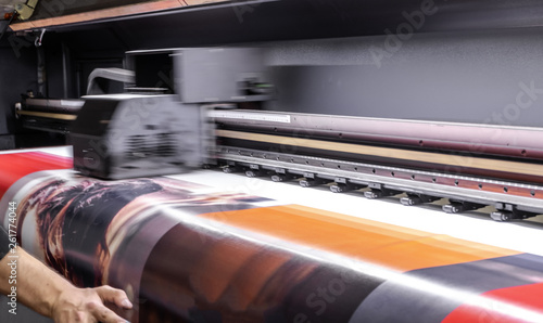 Large format digital printing machine and moving print head