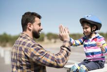 Padre E Hijo Chocan Las Manos Tras Disfrutar De Una Mañana De Bicicleta