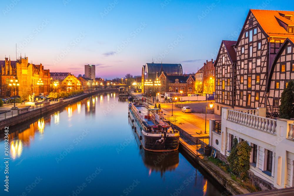 Fototapety, obrazy: Bydgoskie stare miasto przy pięknym wschodzie słońca z odbiciem w Brda rzece