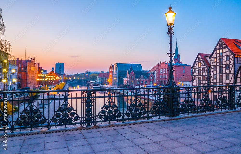Fototapety, obrazy: Bydgoskie stare miasteczko przy pięknym wschodzie słońca z odbiciem w Brda rzece. Bydgoszcz