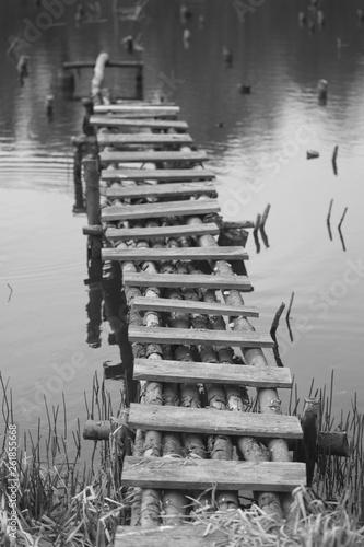 stary drewniany pomost
