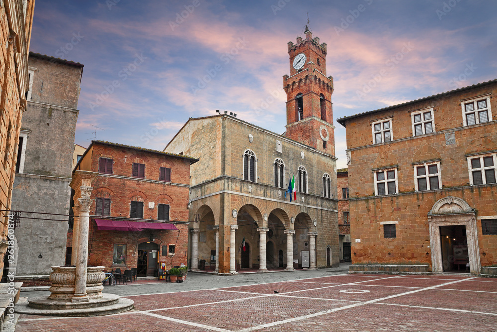 Fototapety, obrazy: Pienza, Siena, Tuscany, Italy: the main square with the ancient city hall and the water well