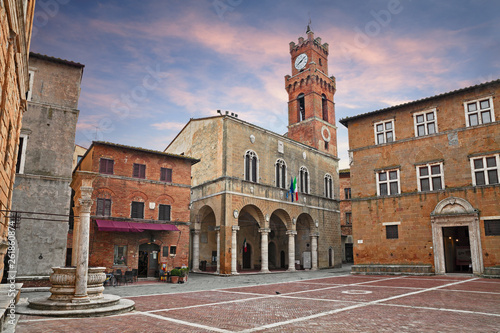 Foto  Pienza, Siena, Tuscany, Italy: the main square with the ancient city hall and th