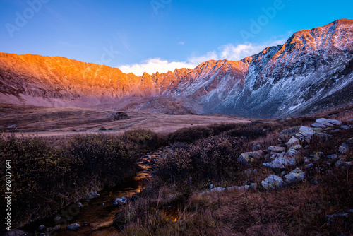 Photo Sunset over the Rocky Mountains near leadville Colorado with white snow and the