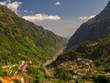hohe Berge mit Tal