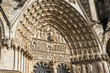 sculptures sur le tympan de la cathédrale de Bourges en France