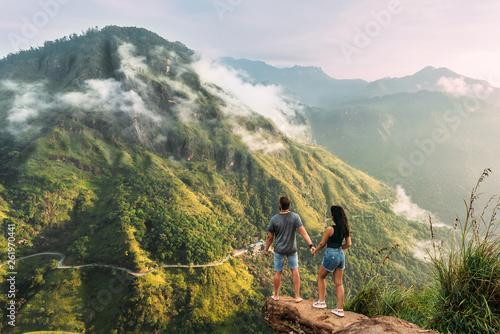 Fotografia  The couple greets the sunrise in the mountains