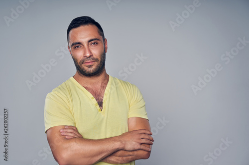 Photo  Closeup of casual hispanic man looking at camera