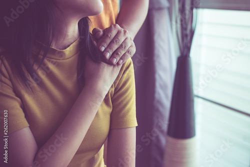Fotografia  True friendship concept,Asian couples lover holding hands to encourage in times