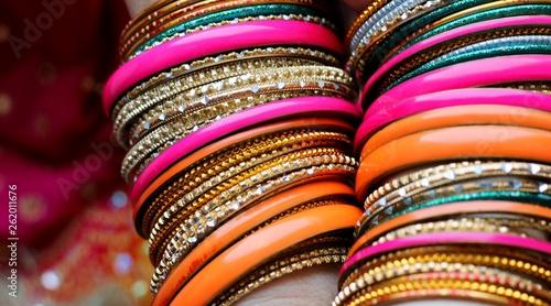Fotografía  Indian bracelets on beautiful shawl. Indian fashion