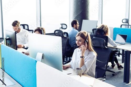 Fotografía  Colleagues working in a call center.