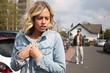 canvas print picture - Junge Frau fühlt sich von einem Mann verfolgt
