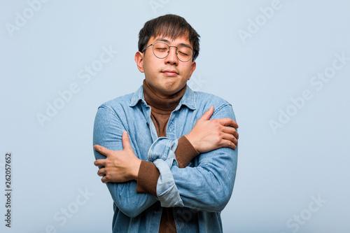 Fotografía  Young chinese man giving a hug