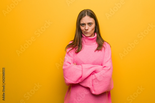 Photo  Young modern woman crossing arms relaxed