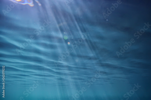 Fotografía  ocean water blue background underwater rays sun / abstract blue background natur