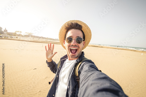 Photo Happy tourist man taking a selfie at vacation on the beach