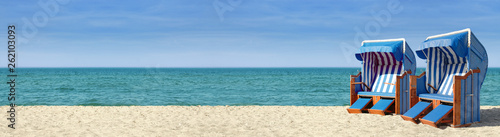 Papiers peints La Mer du Nord Strandpanorama mit zwei blauweissen Strandkörben