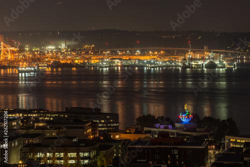 Photo  Orange lights iluminate the port of Seattle and Elliott Bay at night