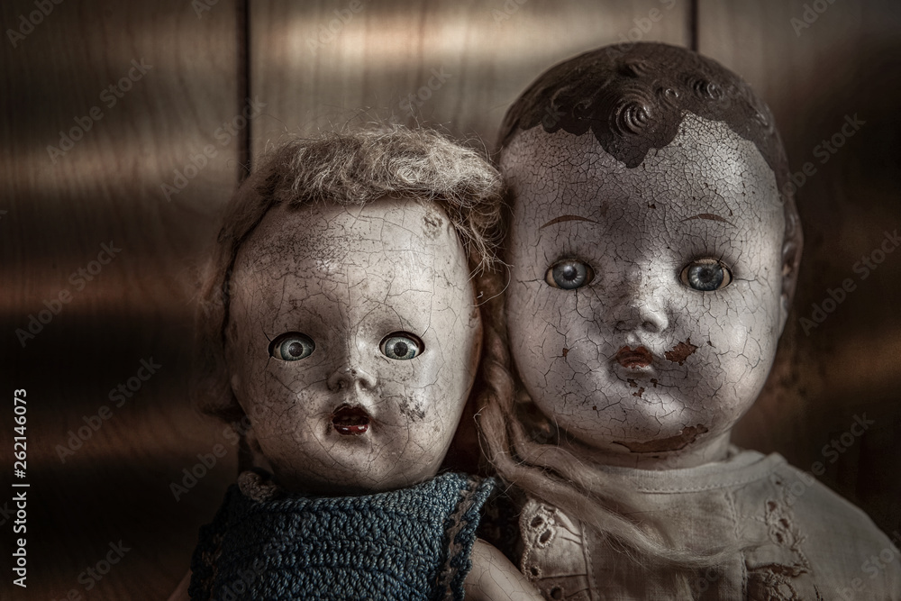 Fototapety, obrazy: Scary old cracked dolls