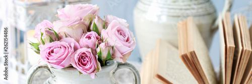 Papiers peints Fleur Bouquet of pink roses in ceramic vase.