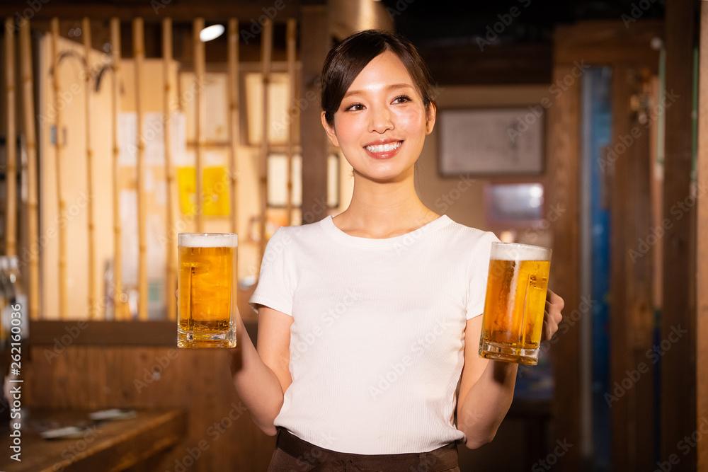 Fototapety, obrazy: 居酒屋でアルバイトする女の子