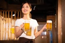 居酒屋でアルバイトする女の子