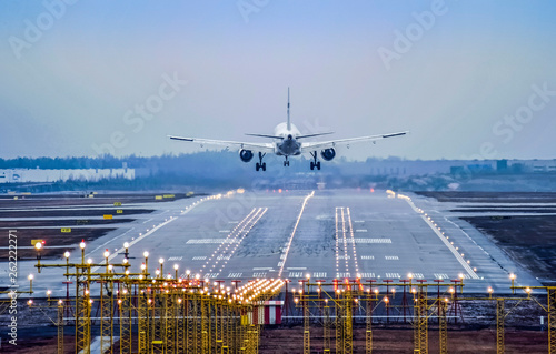 Tuinposter Vliegtuig Airplane landing to runway