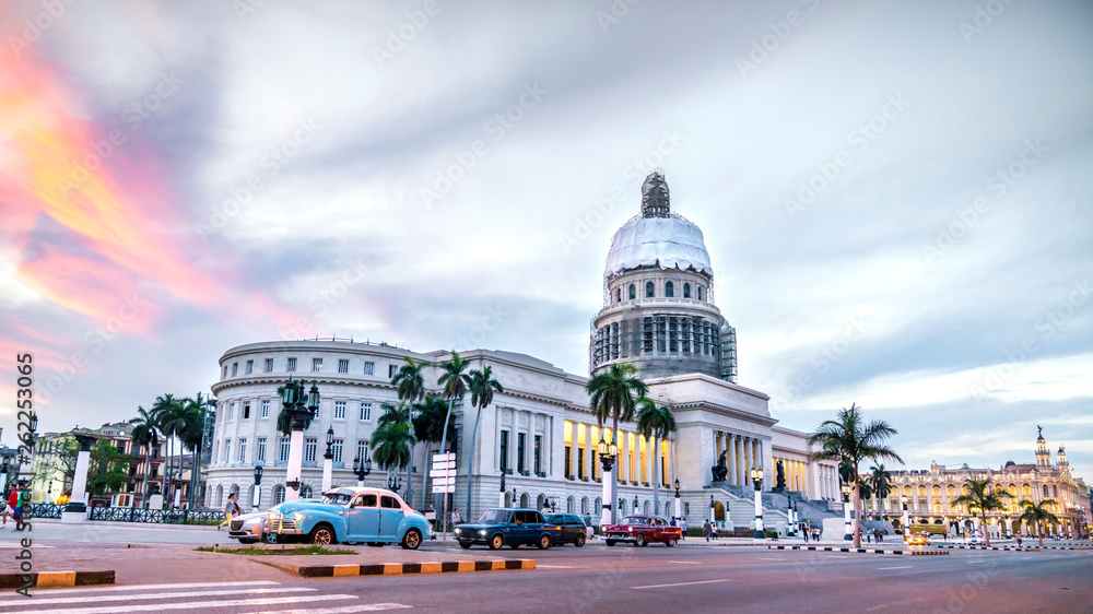 Fototapety, obrazy: HAVANA,CUBA. High resolution panoramic view of downtown Havana with the Capitol building and classic american cars.