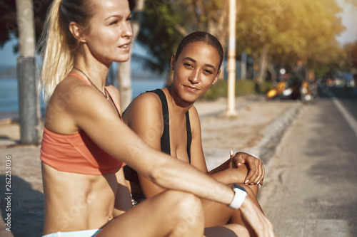 Fotografía  Fit young female friends sitting outdoors before a run