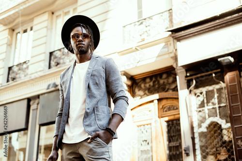 Fotografía  Elegant African American man with sunglasses on the street