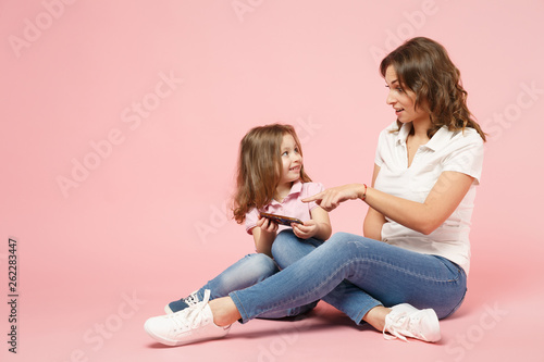 Photo  Woman in light clothes have fun with cute child baby girl