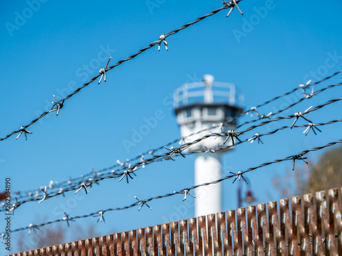 Fotografía  Stacheldraht mit Wachturm Grenze