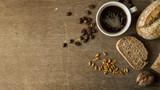 Świeże kanapki z kawą leżące na drewnianej desce