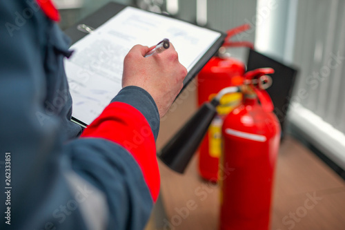 Fotografia  Engineer Professional are Checking A Fire Extinguisher Using Clipboard or checking Industrial fire control system,Fire Alarm controller, Fire notifier, Anti fire