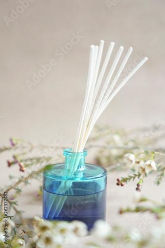 Fotografía  Blue Aroma diffuser bottle with wooden sticks